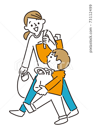 男孩和他媽媽一起購物 73112499