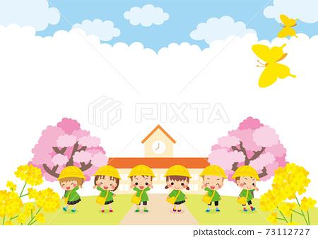 可愛的幼兒園兒童和幼兒園櫻花在春天的景色中的插圖6個幼兒 73112727