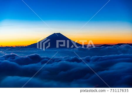 (山梨縣)富士山漂浮在繁星密布的天空下的Ounkai 73117635