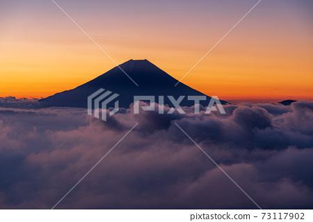 (山梨縣)黎明前漂浮在恩海的富士山 73117902