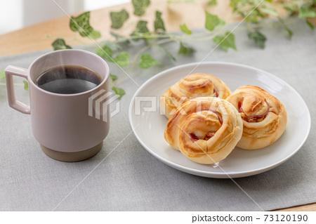 햄과 마요네즈 빵과 커피 73120190