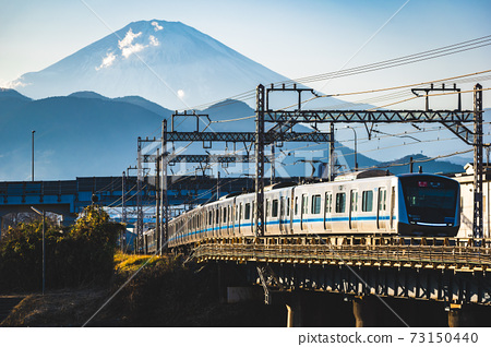 染著夕陽的小田急5000系列穿越富士山和川川河 73150440