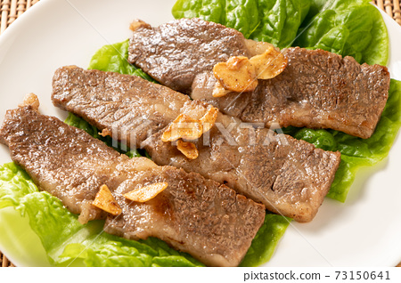國產黑毛日本牛犢烤肉。服務於桑圖(大蒜片)。 73150641