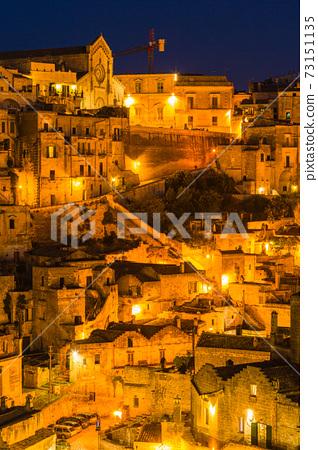 이탈리아 라이트 업 된 마 테라의 동굴 주거와 마 테라 대성당 73151135