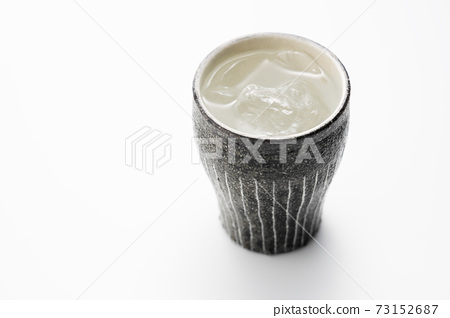 도자기 그릇에 담긴 소주의 물을 탄 73152687