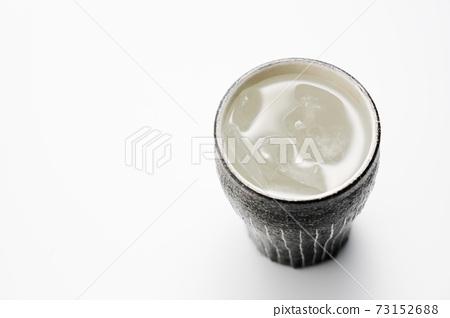 도자기 그릇에 담긴 소주의 물을 탄 73152688