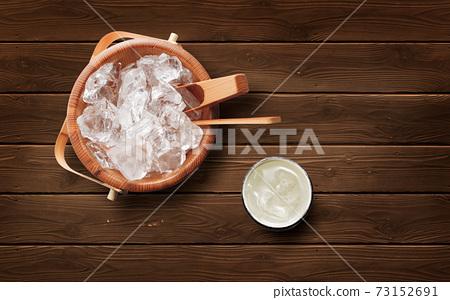 나무 얼음 양동이와 소주의 물을 탄 73152691