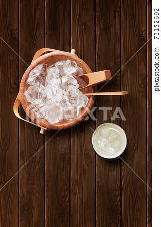 나무 얼음 양동이와 소주의 물을 탄 73152692