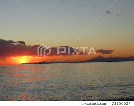 在靜uru神社沿岸可以看到落日和富士山的日落 73156027