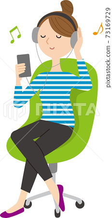 聽到在智能手機的音樂的婦女 73169729
