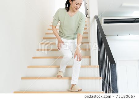 一個女人下樓梯 73180667