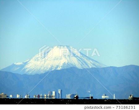 橫跨東京灣的富士山 73186231