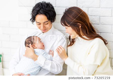 가족 아기 행복 73205159