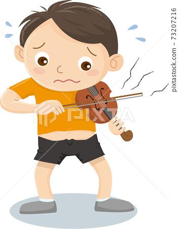 小提琴太小而無法彈奏的男孩 73207216