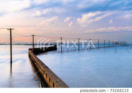 千葉縣木更津市牛目海岸的水下電線桿的夜景 73208113