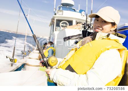 享受海上釣魚的可愛女人 73208586