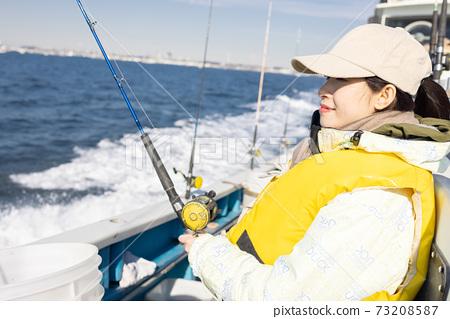 享受海上釣魚的可愛女人 73208587
