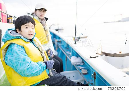 家庭享受海上釣魚 73208702