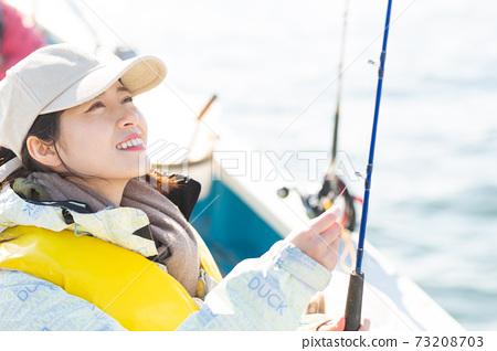 享受海上釣魚的可愛女人 73208703