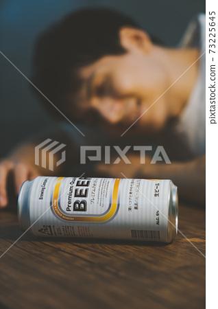 喝罐裝啤酒後喝醉的年輕人 73225645