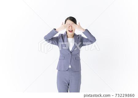 閉上眼睛的年輕商業女人 73229860