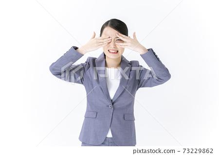 閉上眼睛的年輕商業女人 73229862