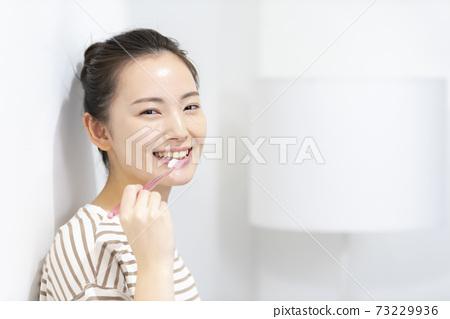 刷牙的一個少婦 73229936