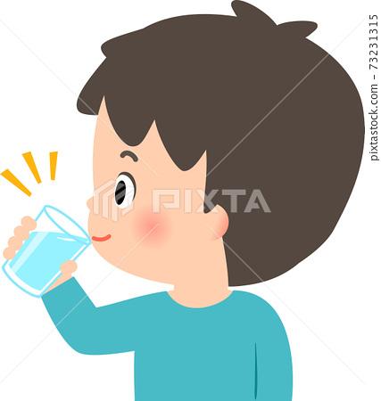 在一杯的年輕人飲用水 73231315