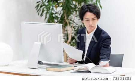 사무실에서 사무직을하는 사업가 73231882