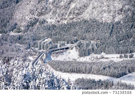 從國樂坂滑雪場看冬立山大橋 73238588