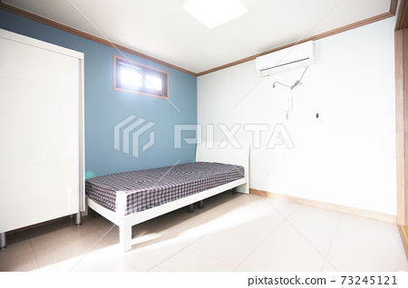 一室室內,藍色的牆壁和床 73245121