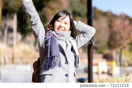 一個女人在她的旅行目的地的公園裡放鬆 73251518