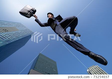 一名商人,映襯在藍天下 73254037