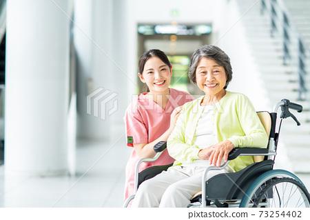 요양 시설 노인과 개호 직원 73254402