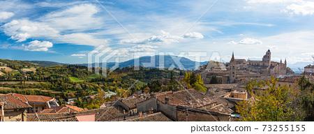從意大利烏爾比諾山上看到的大教堂和老城區 73255155