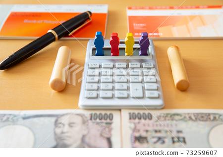 계산기와 통장과 인감에 의한 돈 이미지 73259607