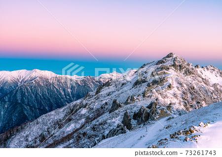 初冬時分,初升的太陽照亮北阿爾卑斯山的女王雁達克[長野縣] 73261743
