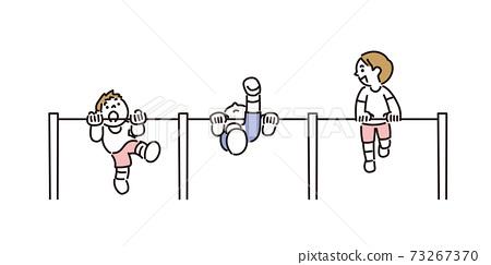 孩子們和朋友一起倒立練習 73267370