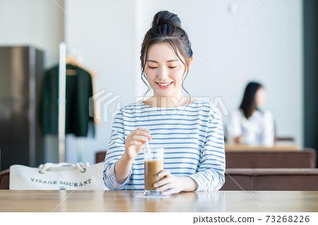 放鬆在咖啡館的一個少婦 73268226