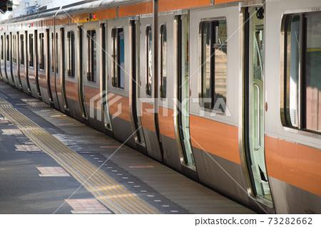 승강장에서 발차 시각까지 정차하는 열차 73282662