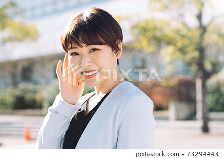 짧은 머리의 일본인 사업가 73294443