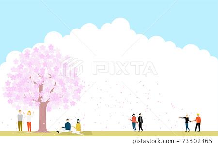 벚꽃 눈보라와 꽃놀이를하는 다국적의 사람들 73302865