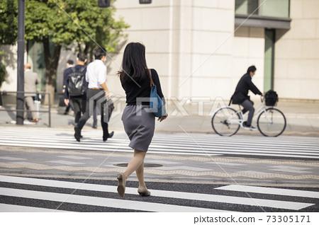 跑過人行橫道的女人的背影 73305171