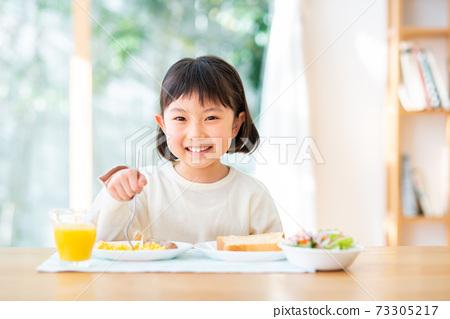 一個吃早餐的女孩 73305217