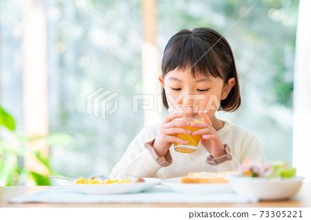 一個吃早餐的女孩 73305221