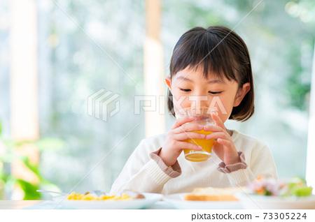 一个吃早餐的女孩 73305224