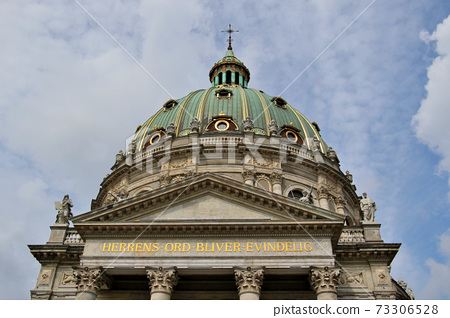 抬頭看著腓特烈教堂的圓頂,這是丹麥首都哥本哈根的一個地標 73306528