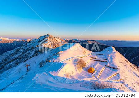 初冬時分,初升的太陽照亮北阿爾卑斯山的女王雁達克[長野縣] 73322794