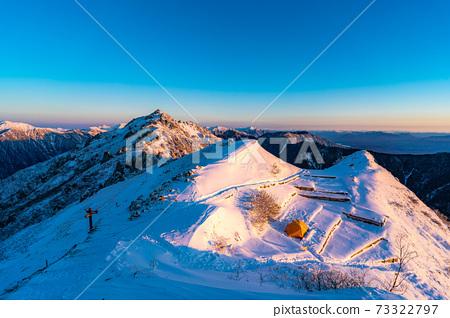初冬時分,初升的太陽照亮北阿爾卑斯山的女王雁達克[長野縣] 73322797