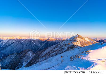 初冬時分,初升的太陽照亮北阿爾卑斯山的女王雁達克[長野縣] 73322798